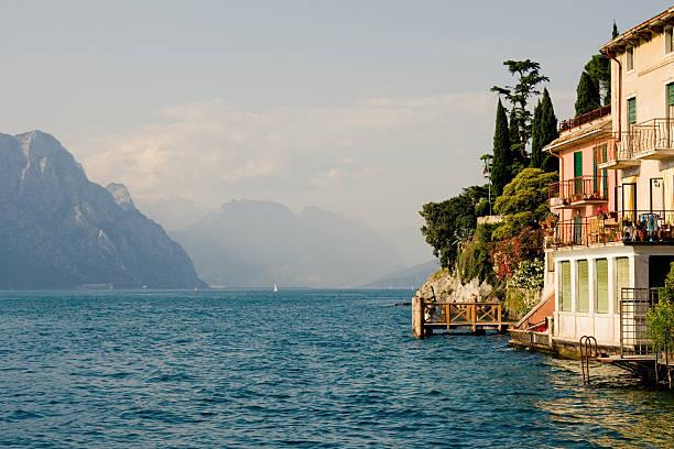 gardasee, italien - ferienhaus am gardasee stock-fotos und bilder