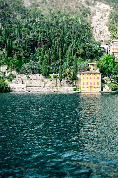 lake garda, villa am strand, umgeben von zypressen - ferienhaus am gardasee stock-fotos und bilder