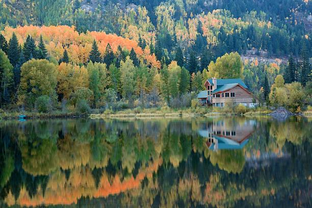lake house and autumn reflections - kütük ev stok fotoğraflar ve resimler