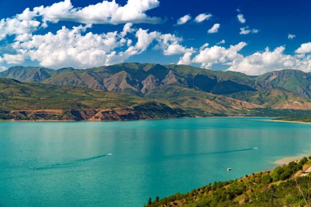 lake in bergen, charvak, oezbekistan - oezbekistan stockfoto's en -beelden