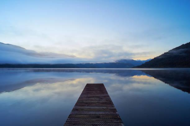 lac kaniere sur l'île du sud, nouvelle-zélande - lac mirror lake photos et images de collection