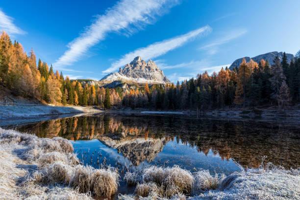 Lago Antorno Im Herbst mit Tre Cime im Hintergrund in Italien – Foto