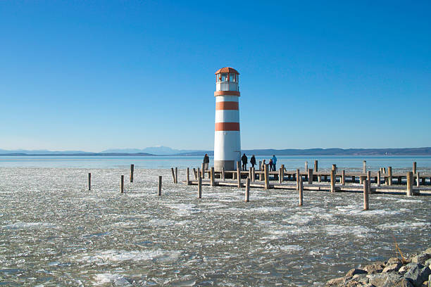 lake landschaft im winter mit lighthouse - burgenland stock-fotos und bilder