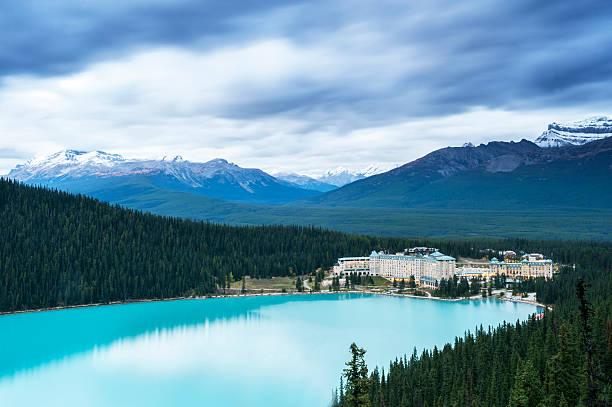 lake louise and snow mountains - lake louise stockfoto's en -beelden