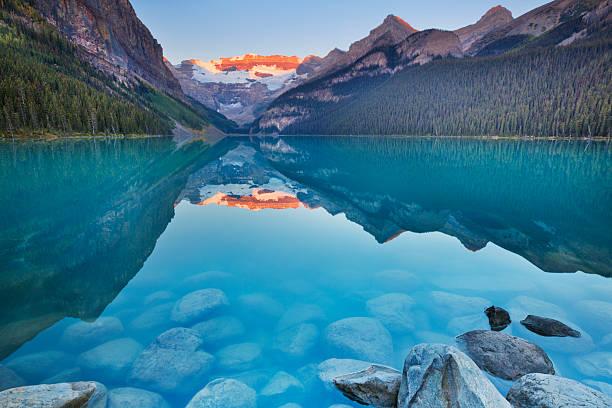 lake louise, banff national park, canada at sunrise - lake louise stockfoto's en -beelden