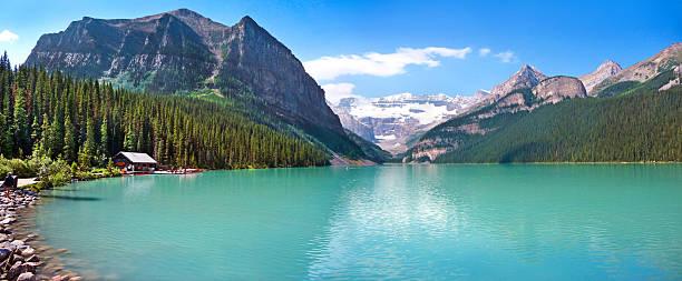 lake louise mountain lake panorama, banff national park, alberta, canada - lake louise stockfoto's en -beelden