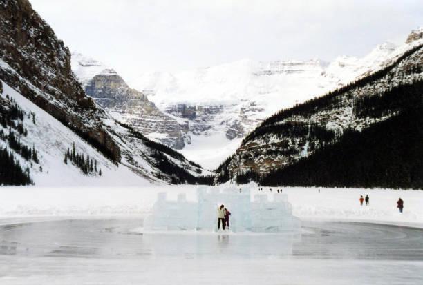 lake louise winteractiviteiten op ijs bedekt lake - lake louise stockfoto's en -beelden