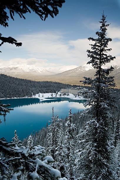 lake louise winter morning - lake louise stockfoto's en -beelden
