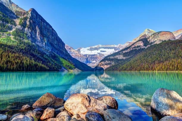 lake louise met mount victoria gletsjer in het nationaal park banff - lake louise stockfoto's en -beelden