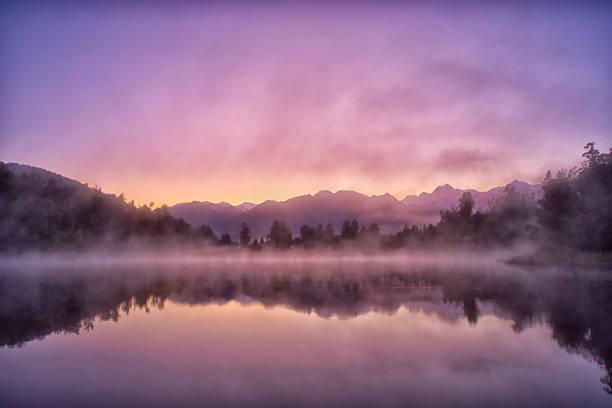 lac matheson reflets sur sud île en nouvelle-zélande - lac mirror lake photos et images de collection