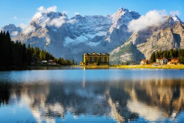 misurina see mit dolomiten berg in italien - hotel alpenblick stock-fotos und bilder