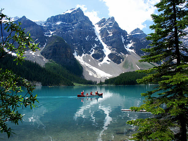 lake moraine, canadian rockies - canada stockfoto's en -beelden