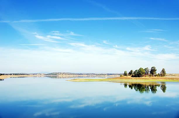 lake of  caia dam. campo maior, alentejo, portugal - fotos de barragem portugal imagens e fotografias de stock