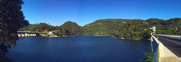 barragem lago de caniçada - fotos de barragem portugal imagens e fotografias de stock