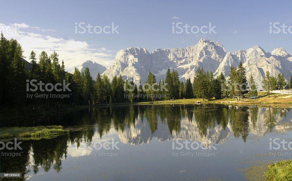 Lago sulle Dolomiti foto stock royalty-free