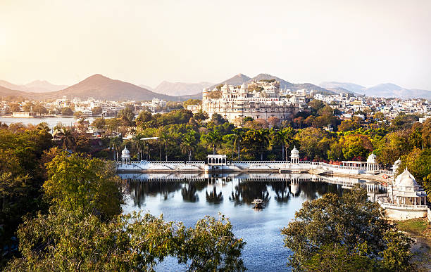 Lake Pichola and City Palace in India Lake Pichola with City Palace view in Udaipur, Rajasthan, India lake pichola stock pictures, royalty-free photos & images