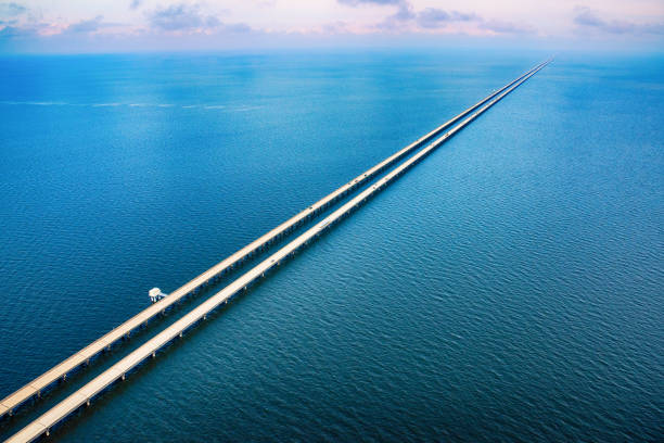 lake pontchartrain causeway antenne - gerade stock-fotos und bilder