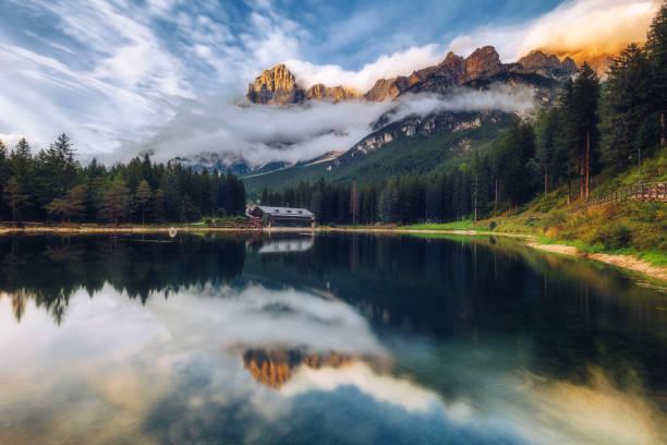 lake san vito di cadore (see mosigo) im boite-tal in der domäne des monte antelao als auch könig der dolomiten. italienischen dolomiten alpen landschaft, italien, europa. - venezien stock-fotos und bilder