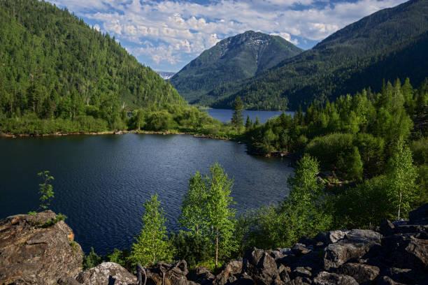 meer sobolinoye (sable) in de bergen van khamar-danny - siberië stockfoto's en -beelden