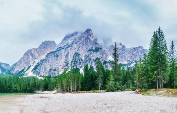 Lac de Štrbské pleso dans les montagnes des Hautes Tatras, Slovaquie - Photo