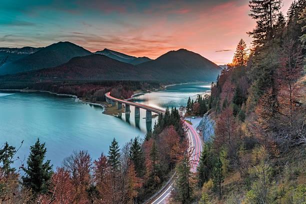 lake sylvester - sylvensteinspeicher at autmun - berge in bayern stock-fotos und bilder