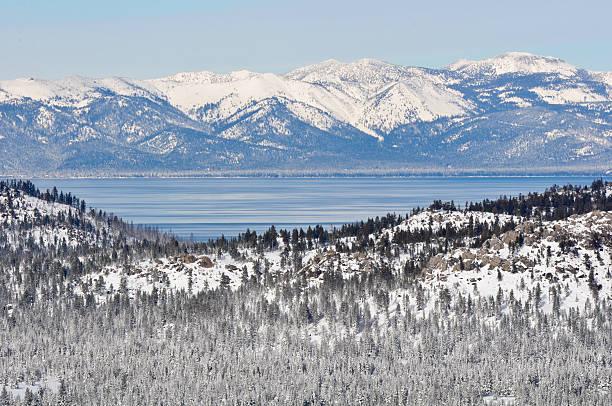 lake tahoe kalifornien im winter - lake tahoe winter stock-fotos und bilder