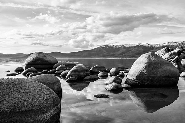 lake tahoe in black and white - lake tahoe winter stock-fotos und bilder