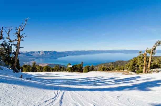 lake tahoe im winter - lake tahoe winter stock-fotos und bilder