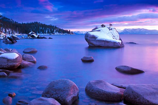 lake tahoe mit schnee rock - lake tahoe winter stock-fotos und bilder