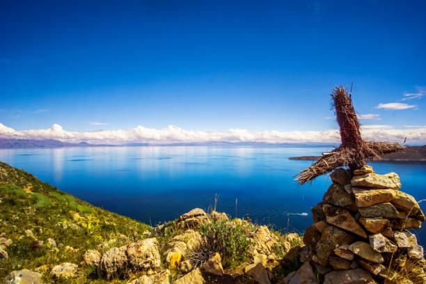 チチカカ湖とイスラからクロス ボリビア ・ デ ・ ソル - チチカカ湖 ストックフォトと画像