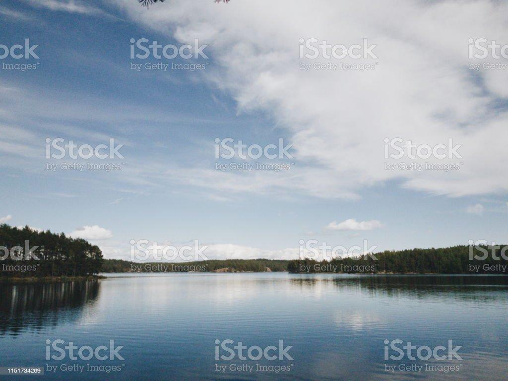sjön Trehörningen i Tivedens Nationalpark en solig dag med blå himmel - Royaltyfri Damm - Stillastående vatten Bildbanksbilder