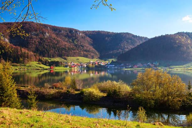 Vue sur le lac près du village de Dedinky dans le parc national du Paradis slovaque. - Photo