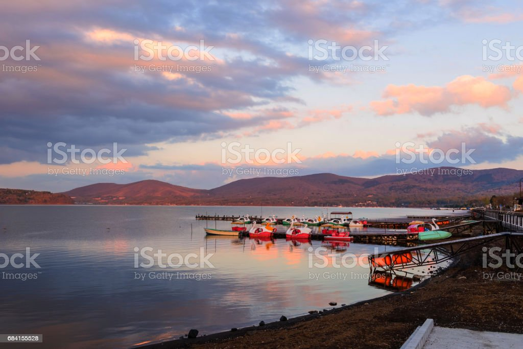 Lake Yamanaka with floating recreation boats with twilight sky at dusk, Yamanashi foto stock royalty-free
