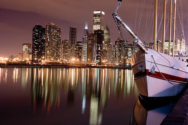 See und der Innenstadt von Chicago entfernt von Navy Pier bei Nacht – Foto