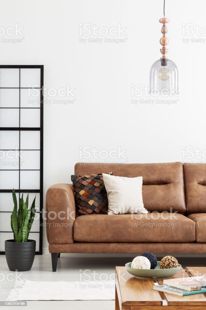 Lampe über Braune Ledercouch In Weiß Wohnzimmer Interieur