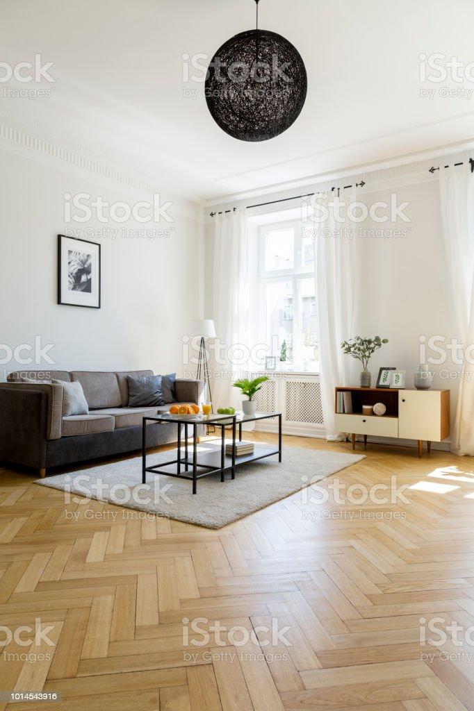 Lampe über Teppich Mit Tisch Im Wohnzimmer Interieur Mit Grauen Sofa