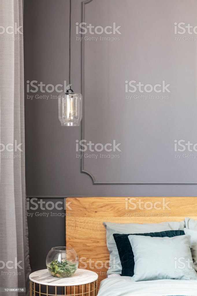 Lampe Uber Gold Tisch Mit Pflanze Neben Holzbett In Grau Schlafzimmer Innenraum Echtes Foto Stockfoto Und Mehr Bilder Von Bett Istock