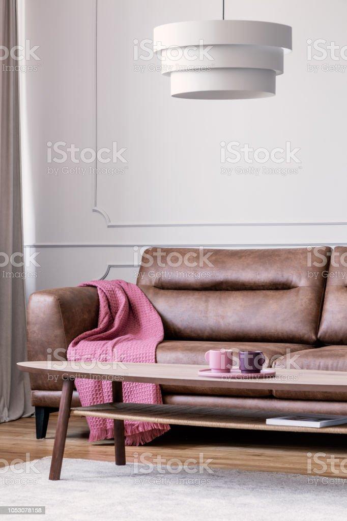Leren Bank Wit.Lamp Boven Houten Tafel In Wit Woonkamer Interieur Met Roze Deken