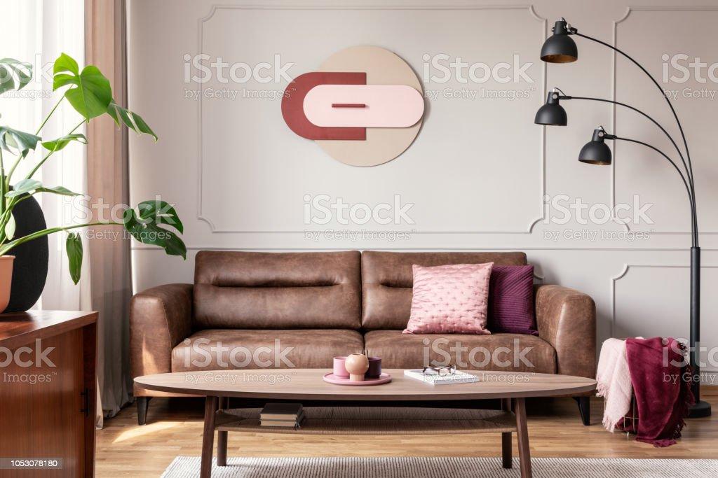 Leren Bank Modern Wit.Lamp Naast Lederen Bankstel In Modern Appartement Interieur Met