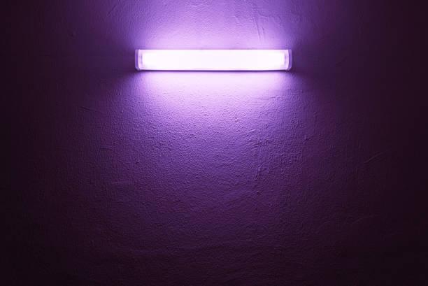 거친 벽에 uv 램프. - 자외선 차단 뉴스 사진 이미지