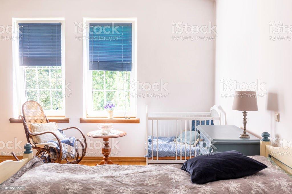 Lampe Auf Schrank Zwischen Bett Und Kinderzimmer Kinderbett ...