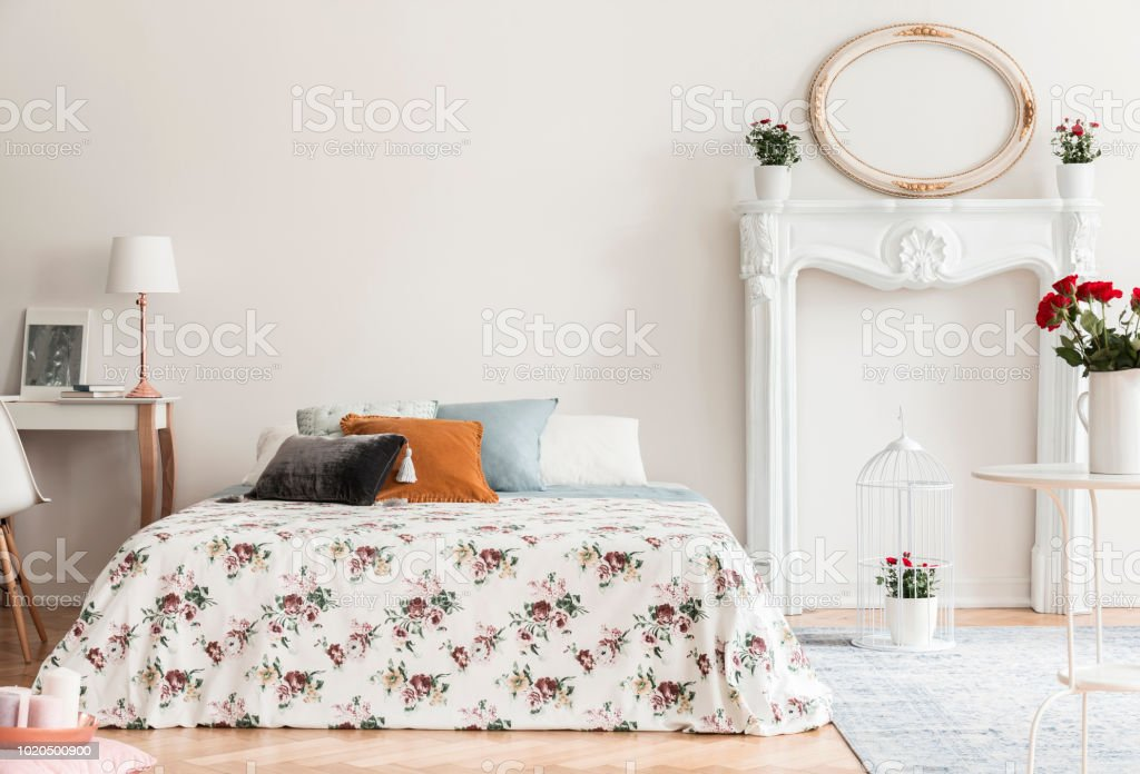 Lampe Am Schreibtisch Neben Gemusterten Bett Mit Kissen Innen Weiße  Schlafzimmer Mit Spiegel Echtes Foto Stockfoto und mehr Bilder von Bett