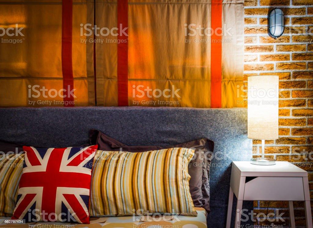 lampe sur la table de nuit à côté de lit - Photo