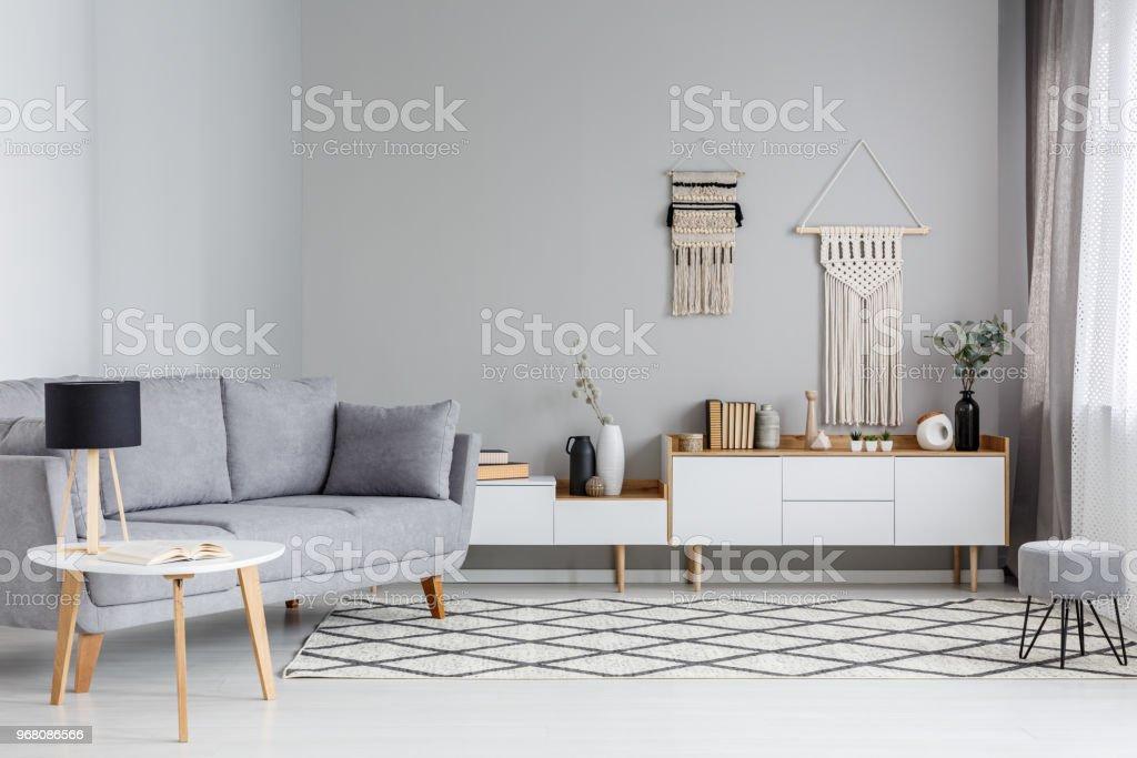 Lampe Auf Den Tisch Neben Grauen Sofa Im Scandi Wohnzimmer