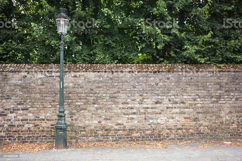 Lampe après la rue sur mur de briques arrière-plan - Photo