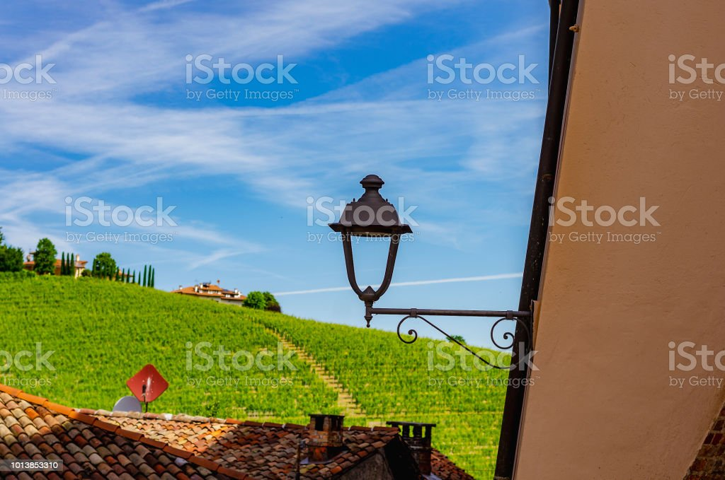 Lamppost and vineyards in Barolo (Cuneo, Piemonte, Italy). - foto stock