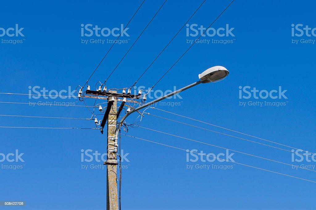 Laternenpfahl mit vielen Elektrische Kabel – Foto