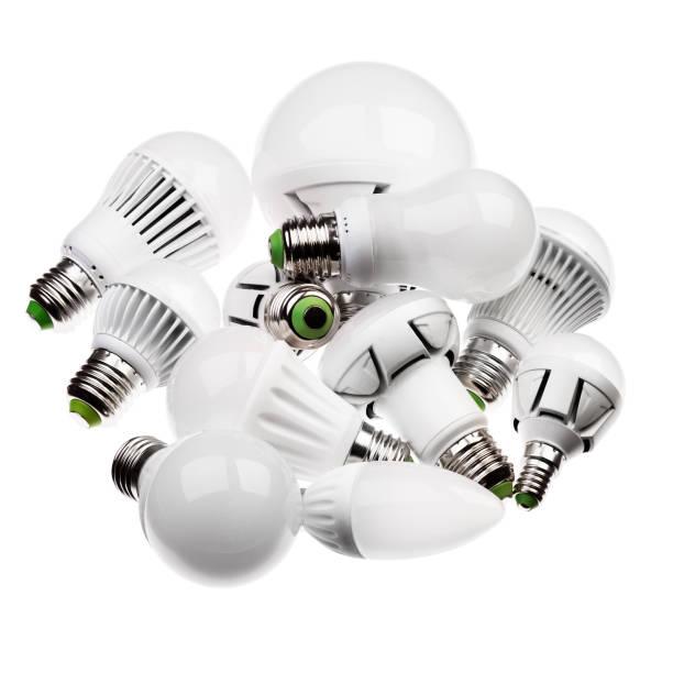 led-lampen gu10 und e27 mit einem verschiedenen steckdosen isoliert am pfingstmontag - glühbirne e27 stock-fotos und bilder