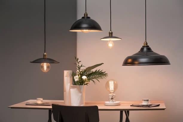 lampy nad stołem - lampa elektryczna zdjęcia i obrazy z banku zdjęć