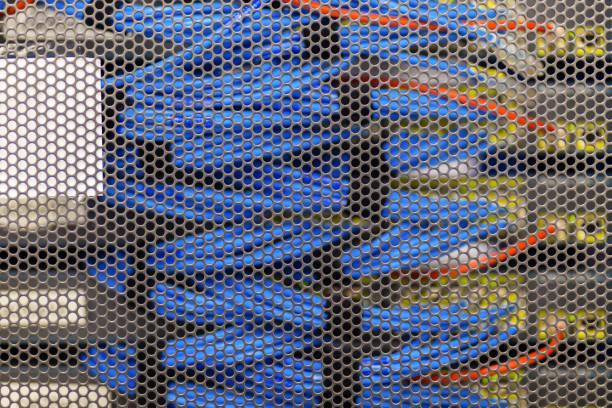 lan-kabel in cambridge-server-rack - katzenschrank stock-fotos und bilder